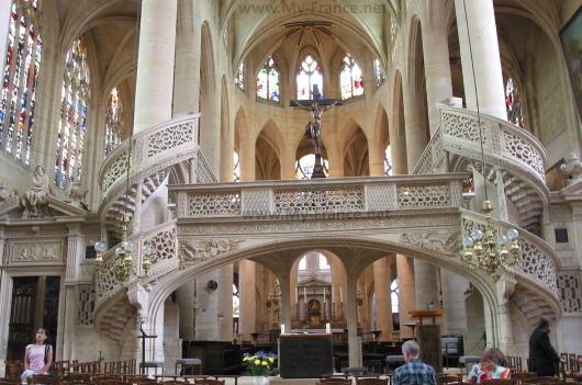 Внутреннее убранство церкви Сент-Этьен-дю-Мон