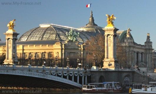 Вид на дворец со стороны Сены