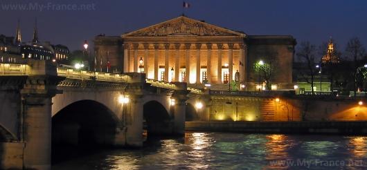 Вид на Бурбонский дворец со стороны Сены