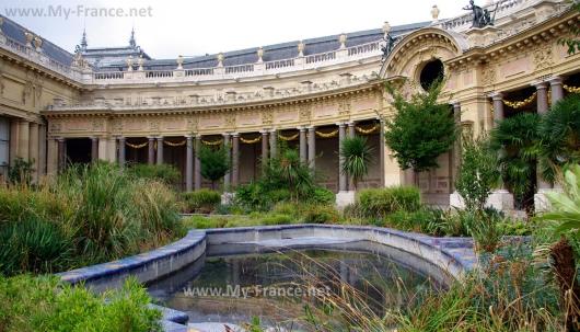 Внутренний двор в Малом дворце в Париже