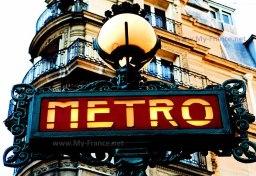 Типичная вывеска при входе в парижский метрополитен