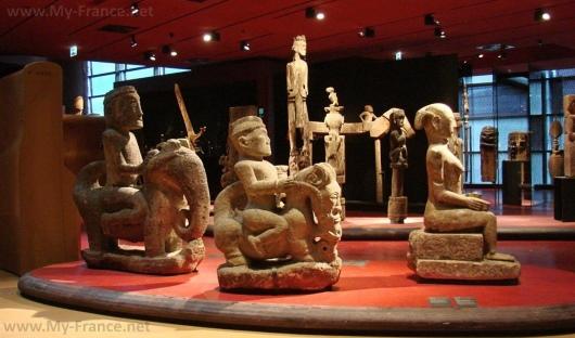 Экспонаты музея на набережной Бранли