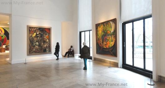 Внутри музея современного искусства в Париже