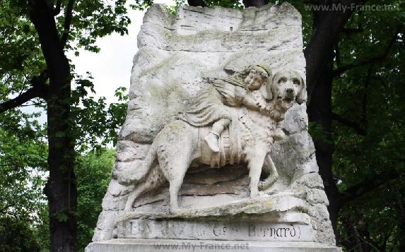 Памятник собаке сенбернару Барри в Париже