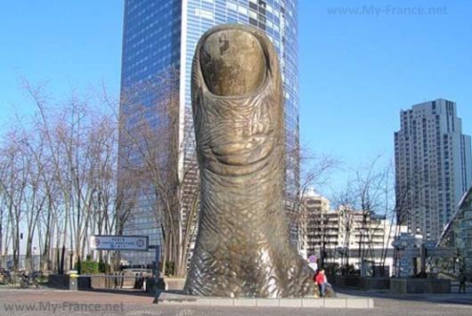 Памятник большой палец в Париже