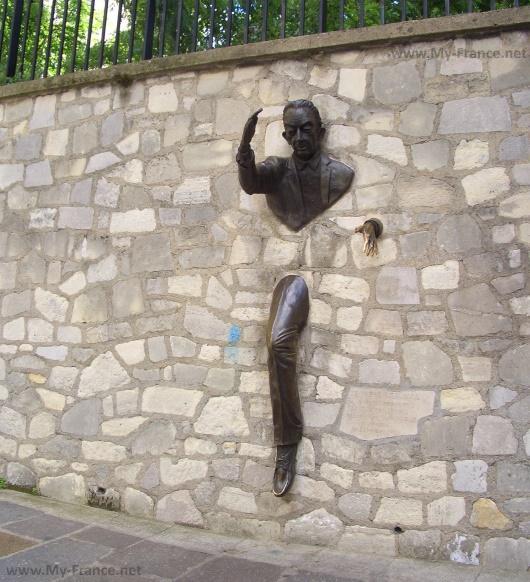 Памятник Проходящий сквозь стены в Париже
