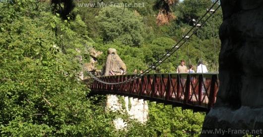 Висячий мост в парке Бют-Шомон