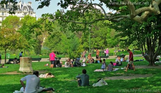 Отдыхающие в парке Монсо