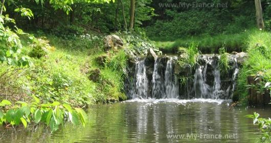 Маленький водопад в Венсенском лесу