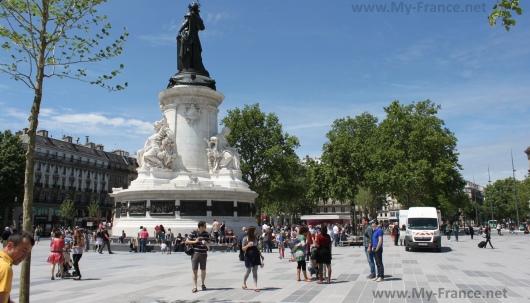 На Площади Республики в Париже